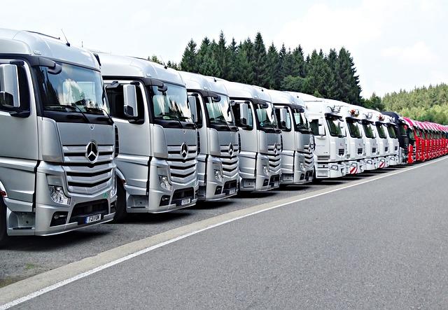 řada kamionů