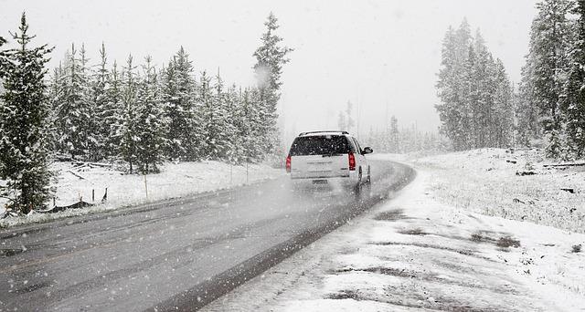 auto jede zasněženou krajinou
