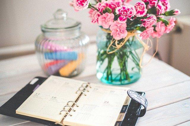 kalendář, zápisník, květiny