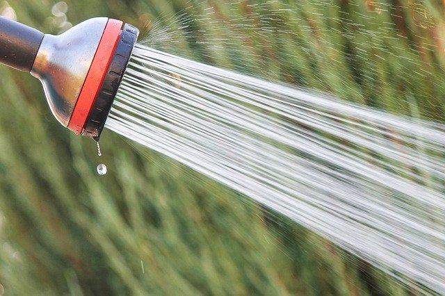 zahradní sprcha s tryskající vodou.jpg