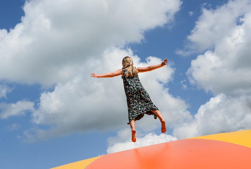 skákající dívka